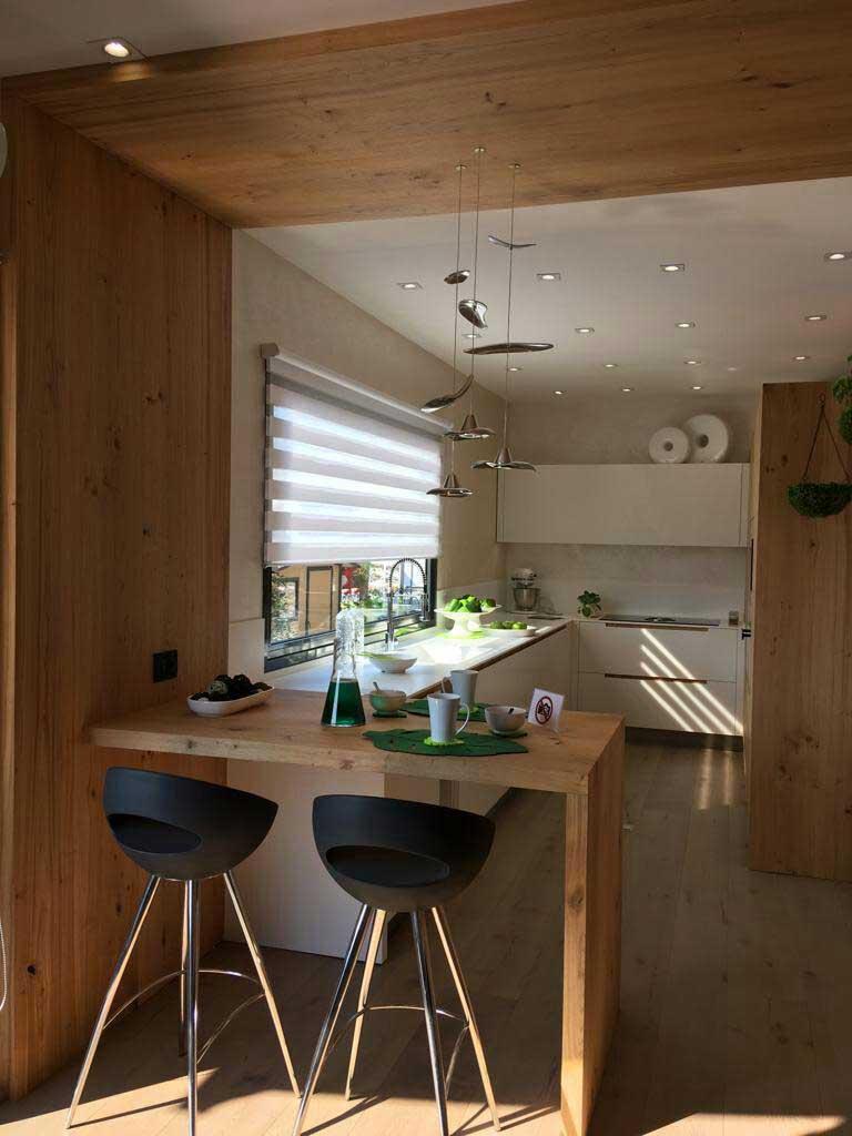 cucina in legno massello su misura realizzata da Ceccato Arredamenti ambienti di carattere