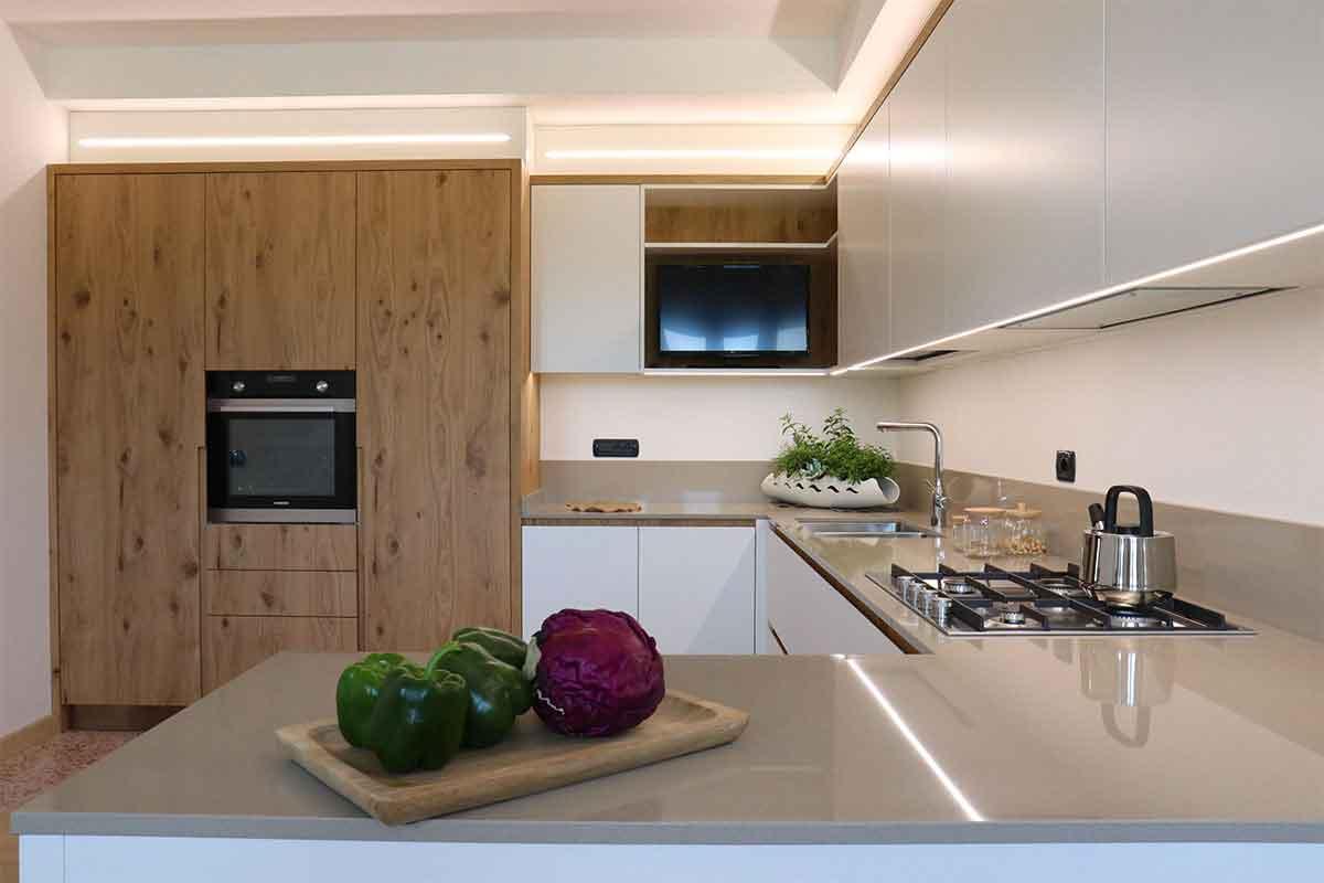 cucina su misura laccata bianca e legno in essenza realizzata da Ceccato Arredamenti ambienti di carattere